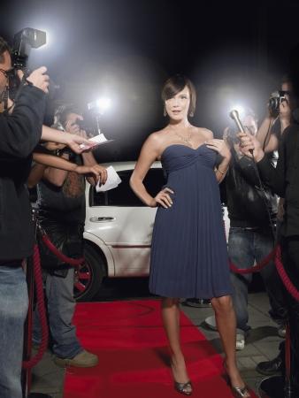 uomo rosso: Famosa donna in posa su Red Carpet
