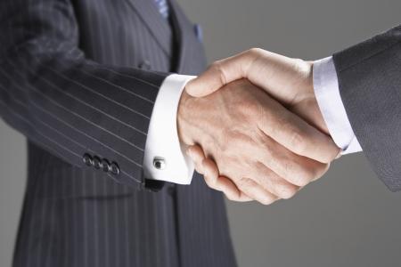 manos estrechadas: Los hombres de negocios shanking manos LANG_EVOIMAGES