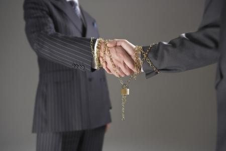 manos estrechadas: Empresarios shanking Manos