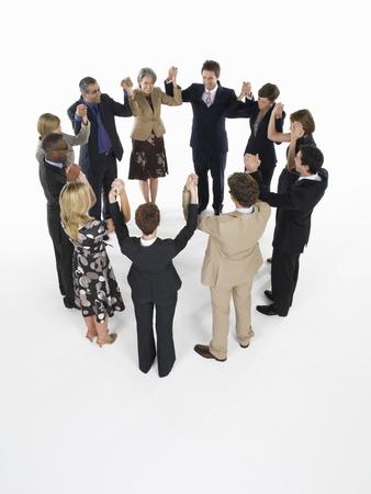 silhouettable: Gruppo di uomini d'affari si tengono per mano
