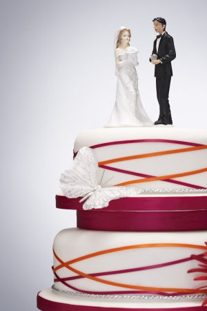 wedding customs: Wedding Cake with Bride and Groom Figurines