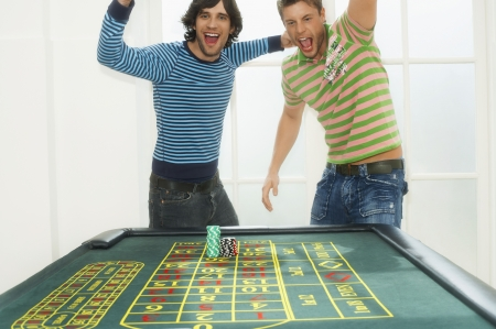 silhouettable: Giovani uomini d'azzardo LANG_EVOIMAGES