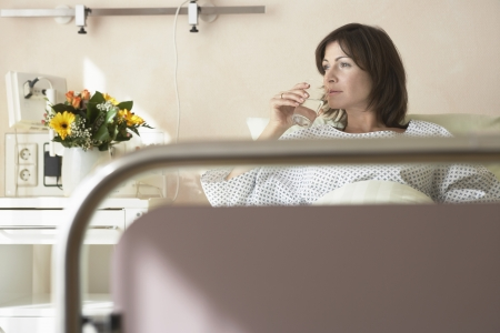 maladies: Patient Drinking Water in Hospital Bed LANG_EVOIMAGES