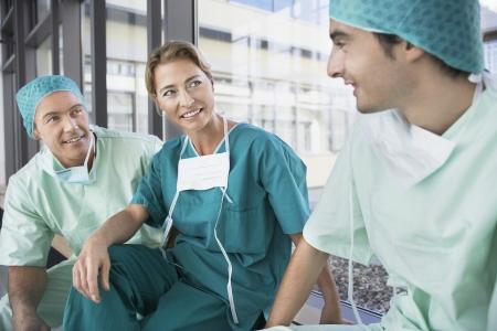 fortysomething: Doctors Talking in Corridor LANG_EVOIMAGES