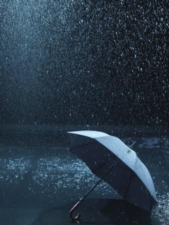 lluvia paraguas: Paraguas sin usar yace en el suelo que se hizo llover sobre