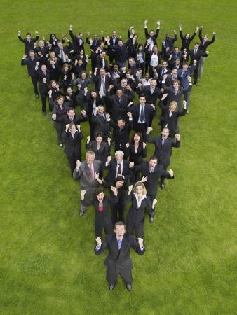 mixed age range: Gran grupo de personas de pie en la formaci�n de tri�ngulo, animando, vista elevada LANG_EVOIMAGES