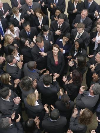 mixed age range: Gran grupo de personas de negocios que aplauden, mujer alrededores mirando hacia arriba, elevado vista