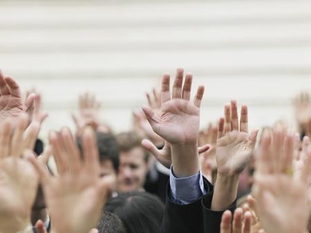 Demokratie: Menschenmenge Anhebung H�nde auf die H�nde
