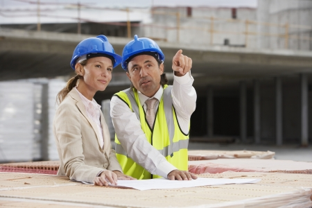 spaniards: Architect and construction manager having consultation