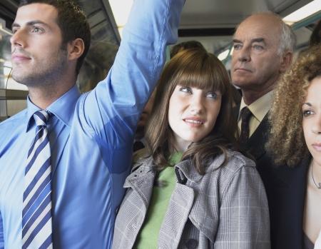 axila: Mujer Commuter Permanente por axila mojada del hombre en el tren
