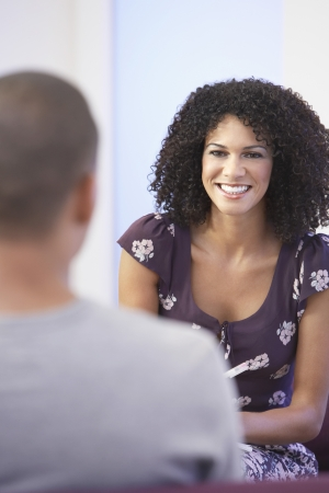 dos personas conversando: Empresaria ocasional vestido Hablando con su colega en la oficina LANG_EVOIMAGES