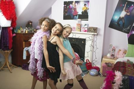 soir�e pyjama: Jeunes filles prenant la pose dans la chambre branch� � Slumber Party