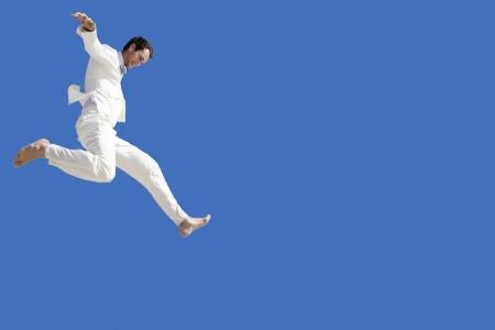 caida libre: El hombre que salta mediados ángulo de visión baja de aire