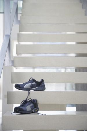 untied: Par de zapatos deportivos desat� en las escaleras