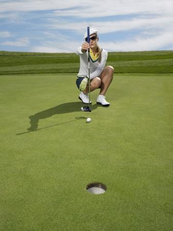 lining up: Golfer lining up shot LANG_EVOIMAGES