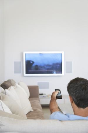 pareja viendo tv: Hombre que ve la TV LANG_EVOIMAGES