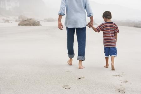 manos unidas: Padre e Hijo Paseando en la playa LANG_EVOIMAGES