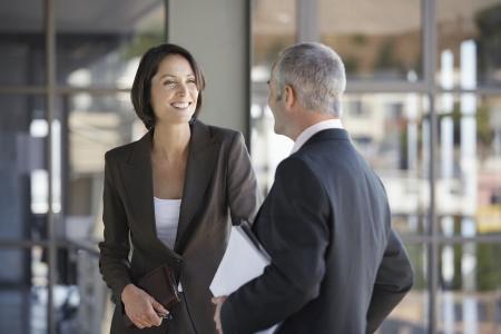 dos personas platicando: Hombre de negocios y una mujer hablando. LANG_EVOIMAGES