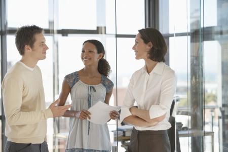 relaciones laborales: Oficinistas en la reunión