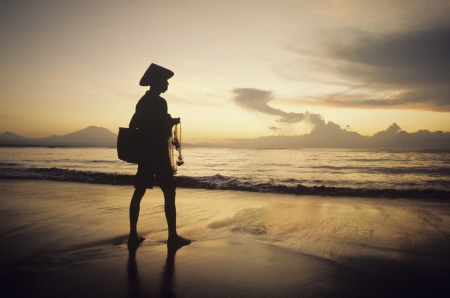 indonesisch: Man Netto Visserij op Strand bij Schemer LANG_EVOIMAGES