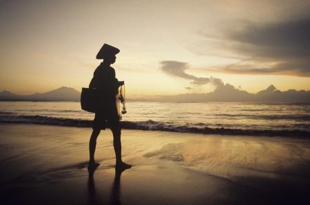 simplicity: Man Red de pesca en la playa al atardecer