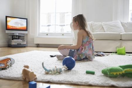 daily room: Ragazza Guardare la televisione in Messy Living Room