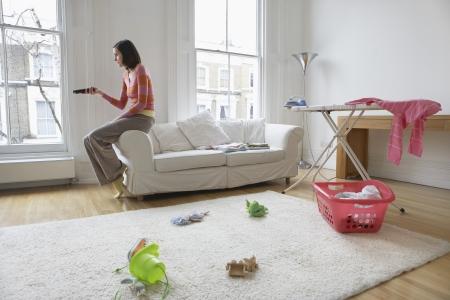 seres vivos: Ama de casa viendo la televisión en la sala de estar sucio