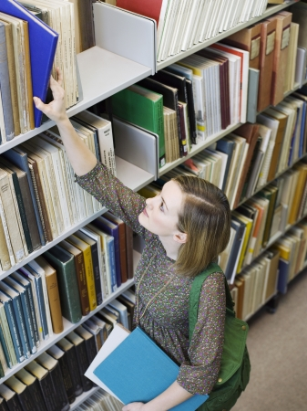 opting: Student Studying in Library LANG_EVOIMAGES