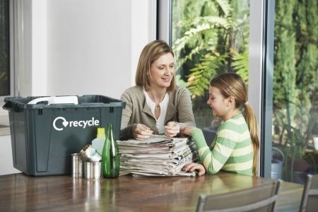 niños reciclando: Mujer y niña Recoger desechos reciclables LANG_EVOIMAGES