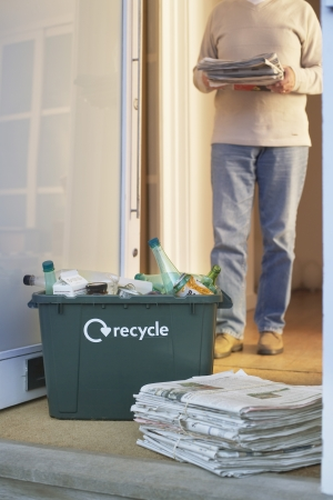 garbage collector: Hombre recogiendo recycleables