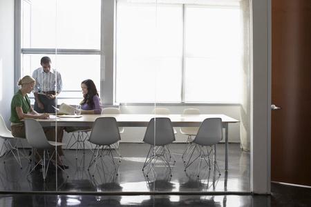jornada de trabajo: Tres trabajadores de oficina en la sala de conferencias