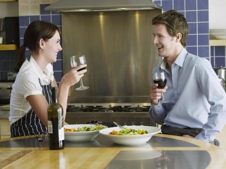 everyday scenes: Giovane coppia bere vino in cucina