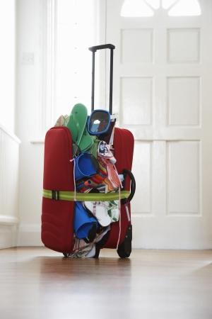 over packed: Mullido maleta en el pasillo