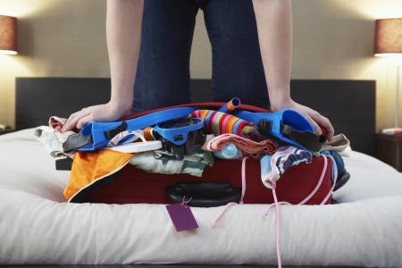 femme valise: Femme � genoux sur rembourr� faible section de valise