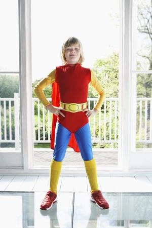jambes �cart�es: Portrait d'un jeune gar�on (7-9) posant en costume de super h�ros avec les mains sur les hanches LANG_EVOIMAGES