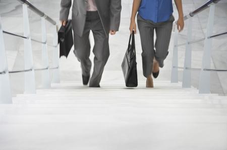 subiendo escaleras: Dos hombres de negocios subir escaleras