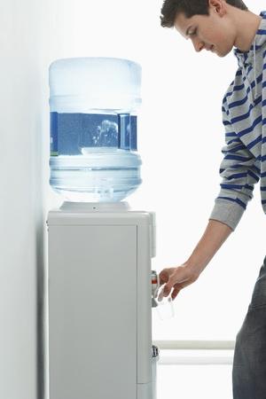 tomando refresco: Hombre verter bebida fr�as aguas interiores