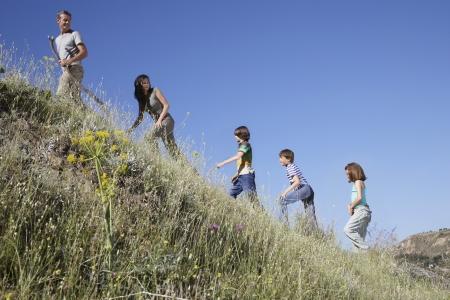 convivencia familiar: Familia con tres ni�os (7-12 a�os) vista lateral senderismo