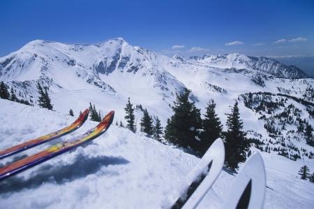 Due paia di sci sul bordo della pista da sci