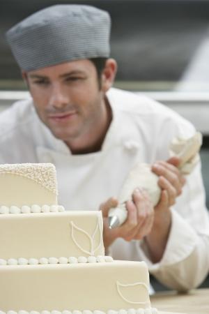 decoracion de pasteles: Male Chef guinda del pastel de bodas en la cocina