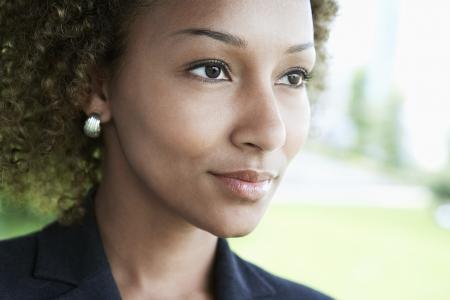 mujer reflexionando: Mujer al aire libre mirando a otro lado de cerca