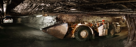 지하에: 터널 측면보기의 틀에 얽매이지 않는 차에 사람