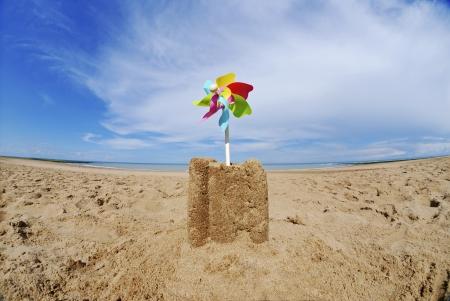 chateau de sable: Ch�teau de sable avec soleil sur la plage LANG_EVOIMAGES