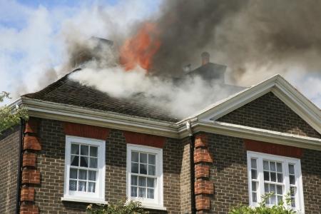 incendio casa: Azotea de la casa en llamas