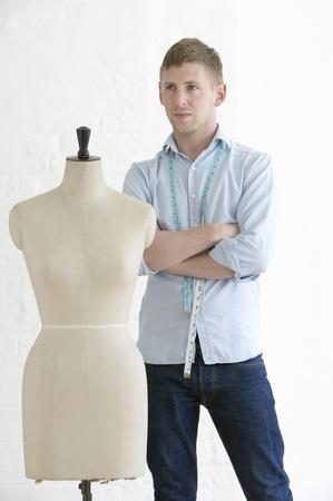 Tailor debout à côté de mannequin portrait