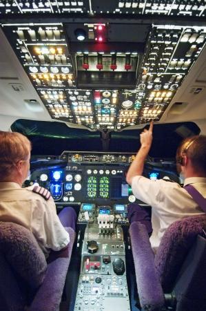 2 人のパイロット、飛行機のコックピット