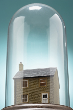 Kleines Modell Haus unter Glasabdeckung