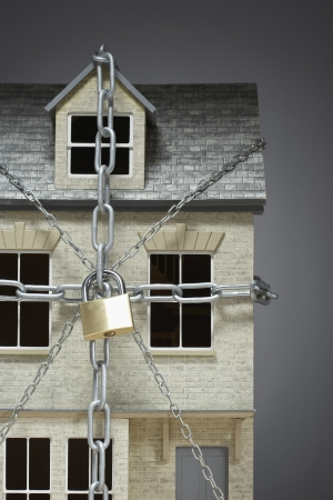 locked up: Small model of house chained LANG_EVOIMAGES