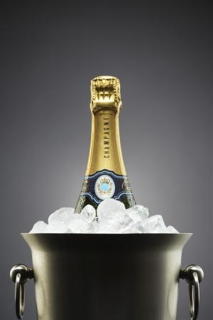 botella champagne: Botella de champ?n en el cubo de hielo