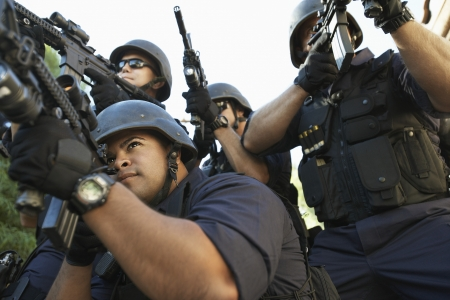 swat teams: Swat officer aiming guns LANG_EVOIMAGES